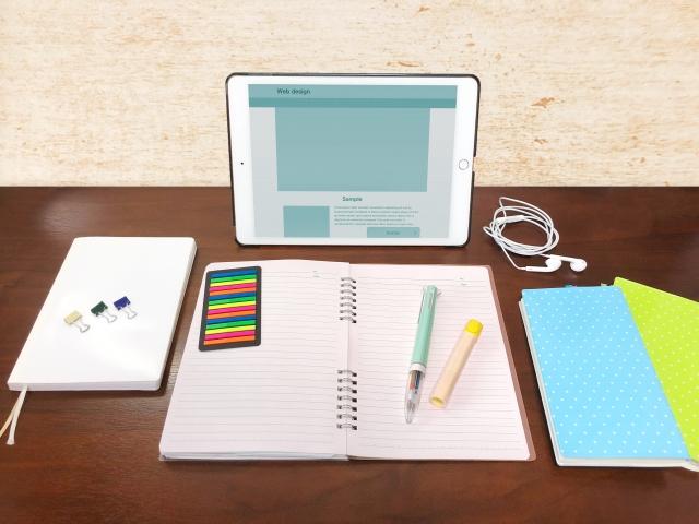 【WEBデザイナー】スクールと独学、どっちが就職に有利?